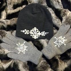 Серый комплект шапка и перчатки со стразами Swarowski
